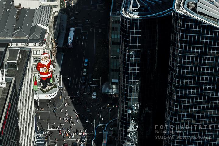 riesiger Weihnachtsmann an Fassade