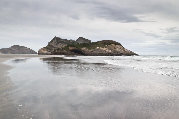 Felsen mit Spiegelung im Meer