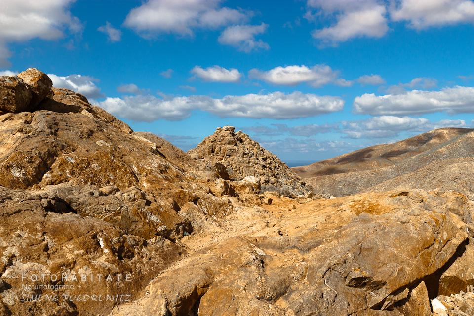 oranbgefarbene Berglandschaft unter blauen Himmel