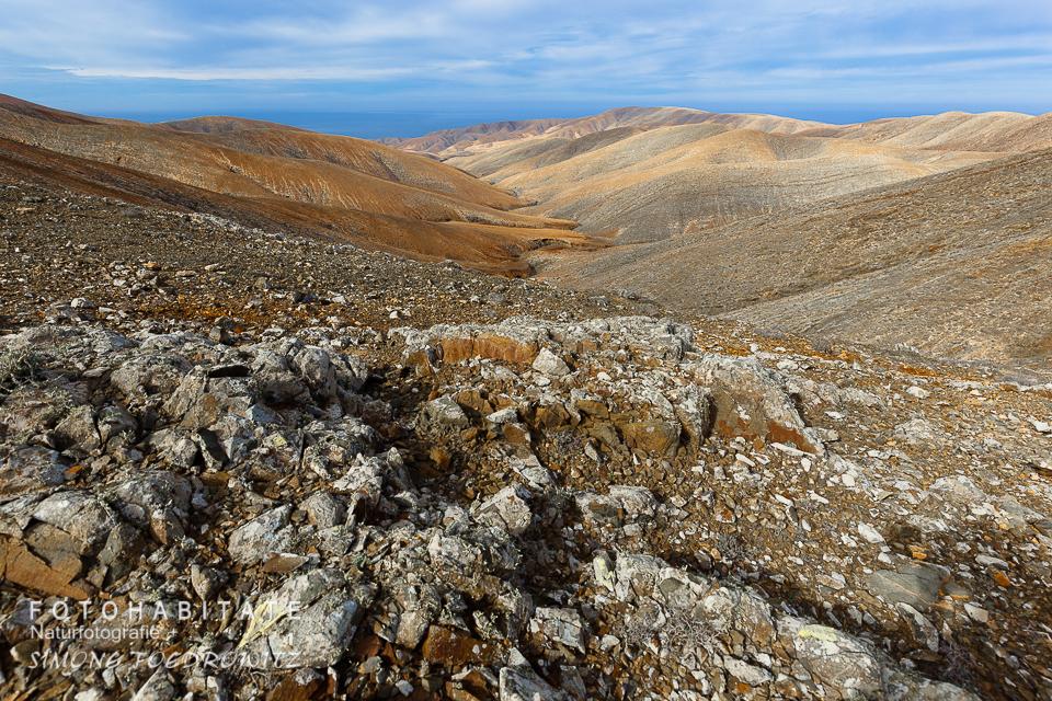 orangefarbene Berglandschaft unter blauen Himmel