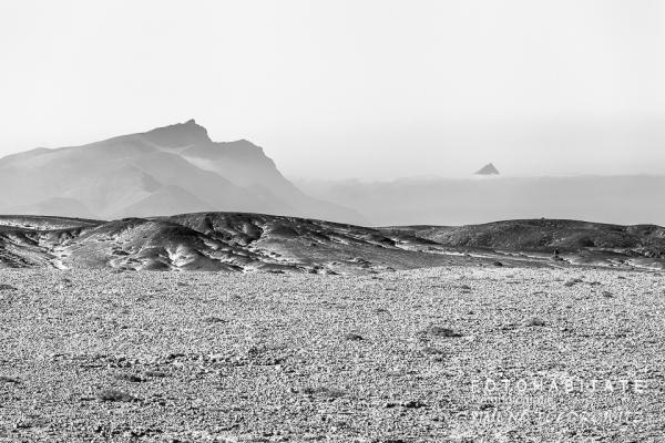 Berge in Dünenlandschaft in schwarzweiß