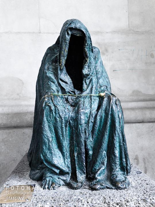 Skulptur Mantel ohne Gesicht
