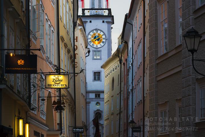 Turm mit Uhr in Häusergasse