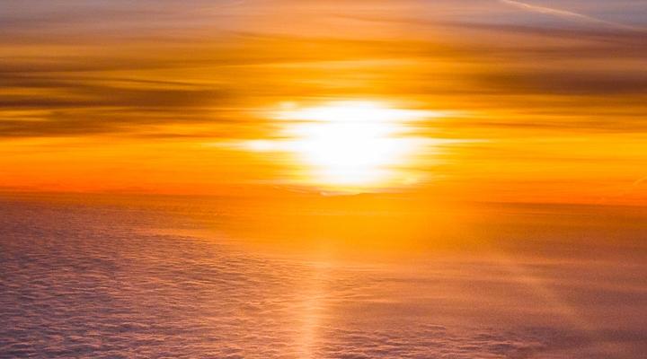 Sonnenaufgang über dem Wolkenmeer