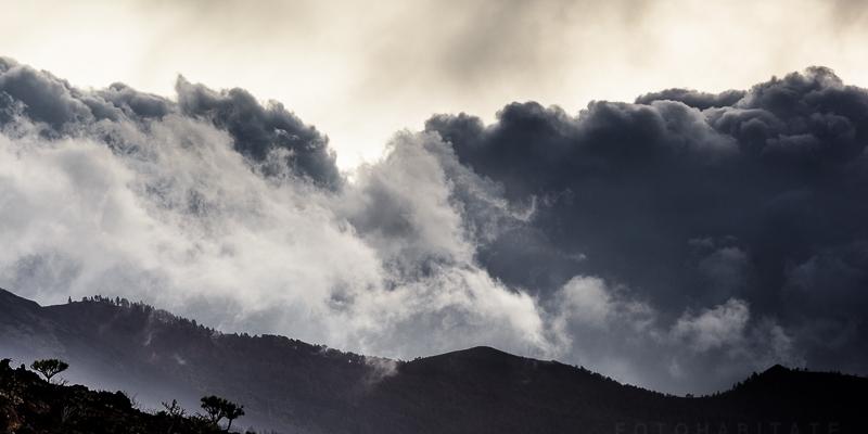 Gewitterwolken über Bergen