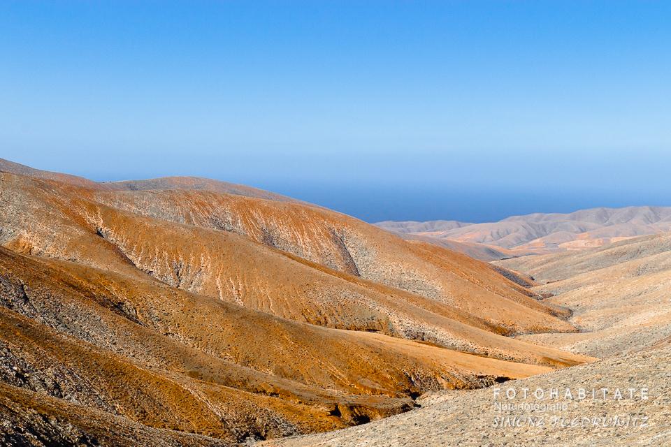 orangerote Berge unter blauen Himmel