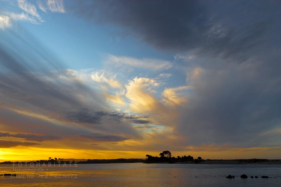 Sonnenuntergang am Meer mit bizarren Wolken