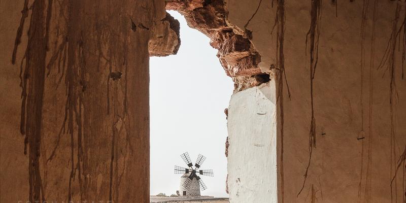 Windmühle hinter Fenster ohne Glasscheiben
